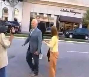 Buzz Aldrin daje w twarz gościowi, który mówi mu, że nigdy nie wylądował na Księżycu