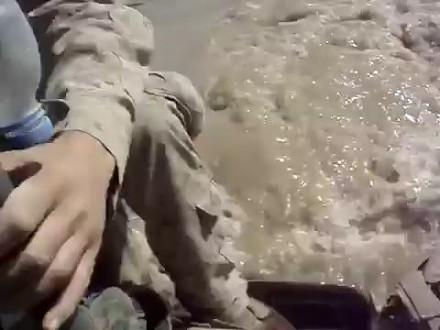 Nieudana przeprawa amerykańskiej armii przez rzekę bojowym wozem piechoty LAV