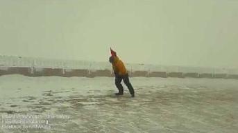 Człowiek kontra wiatr o prędkości 170 km/h