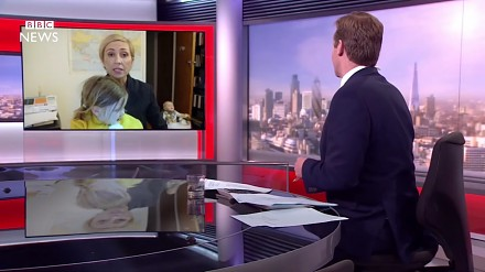 Kobieta rozbrajająco (dosłownie!) parodiuje faceta od wpadki na antenie BBC News