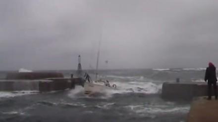 Efektowne wejście do portu polskiego jachtu Cedar przy silnym wietrze i wzburzonym morzu