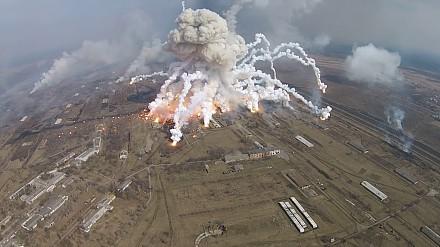 Potężne eksplozje, rakiety przecinające niebo i chmury dymu. Nagrano pożar składu amunicji