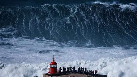 Gigantyczne 30-metrowe fale - Big Wave Surfing tylko dla twardzieli