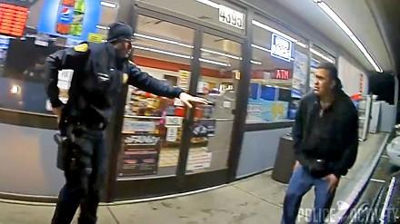 """Nagranie z policyjnego bodycama: Policjant """"Szybkie Palce"""" zabija meżczyznę z jego własnej broni"""