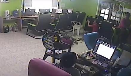 Wąż wbija na ostro do kafejki internetowej