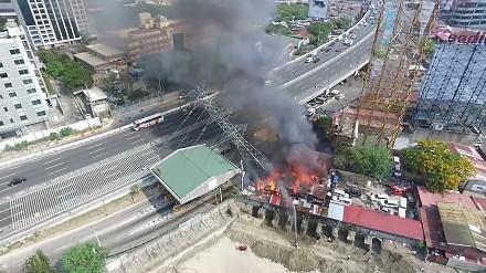 Strażacy gaszą pożar budynków zlokalizowanych wokół słupa wysokiego napięcia
