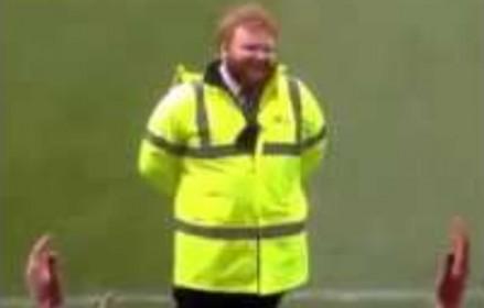 Kibice śpiewają stewardowi, który wygląda jak Ed Sheeran