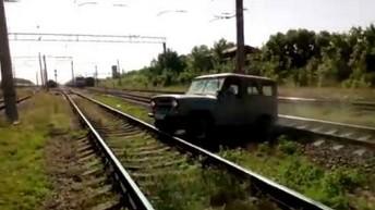 Chciał przejechać UAZ-em przez tory. W ostatniej chwili uciekł przed pociągiem