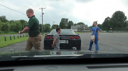 Policjant poprosił kierowcę o uklęknięcie i kazał jego dziewczynie stanąć przed nim
