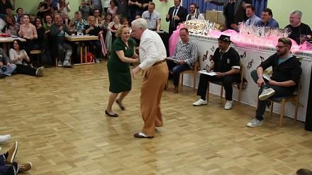 Staruszkowie dają popis swoich tanecznych umiejętności