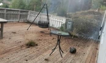 Wyszedł filmować pioruny, kolejny uderzył 5 m od niego, demolując podwórko