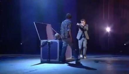 Komik Lee Mack i jego świetne wejście w magicznym stylu