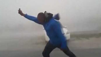 Juston Drake mierzy prędkość wiatru huraganu Irma