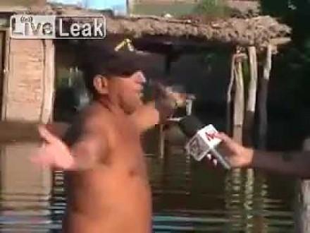 Wkurzony mężczyzna udziela mocnego wywiadu po przejściu huraganu