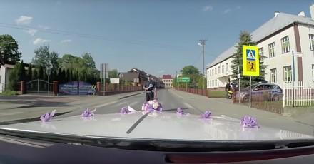 Policjanci zatrzymali weselny orszak, bo uciekł im pędzący motocyklista
