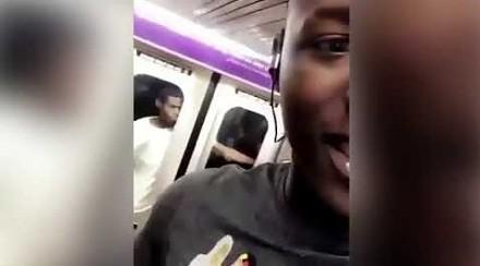 Szalona jazda na zewnątrz w pędzącym nowojorskim metrze