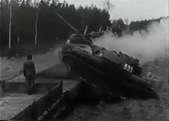 Bojowe zejście z eszelonu T-55 bez użycia rampy