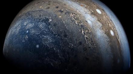 Jowisz z sondy kosmicznej NASA przechodzącej przez wirujące chmury gazowego giganta