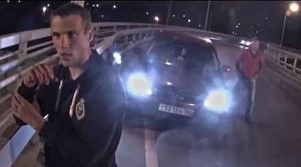 Motocyklista dostrzega niedoszłego samobójcę nad mostem. Rusza na pomoc