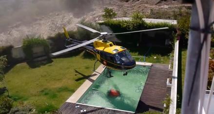 Pilot śmigłowca kradnie wodę z basenu