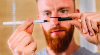 Kiepski iluzjonista z kiepską sztuczką z długopisem