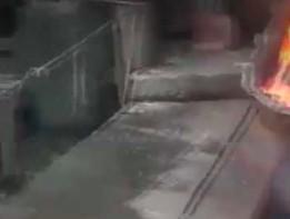 Hutnik wkłada rękę pod ciekły metal
