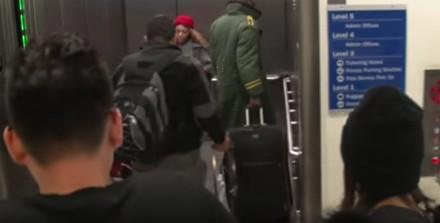 Zwracający na siebie uwagę koleś na lotnisku w Los Angeles