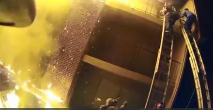 Strażak łapie dziecko spadające z mieszkania na trzecim piętrze