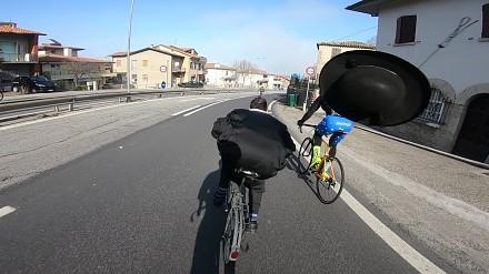Szalony ksiądz na składaku kontra kolarze