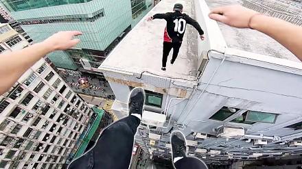 Poczuj się, jakbyś uciekał przed ochroną po dachach Hong Kongu