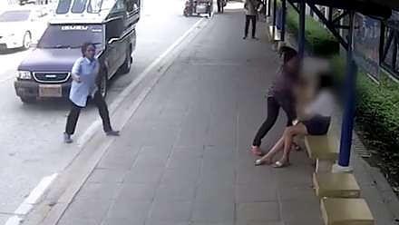 Nastolatka zagapiła się wysiadając z autobusu