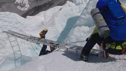 Akcja ratunkowa na słynnej drabinie na Mount Everest