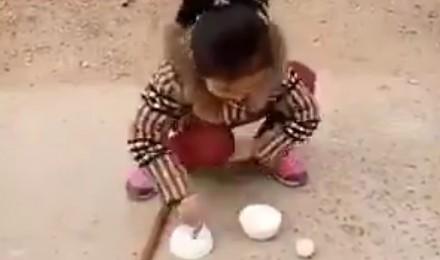 Zręczna dziewczynka daje popis sztuczek