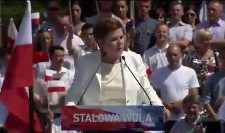 Beata Szydło pochyla się nad niepełnosprawnymi