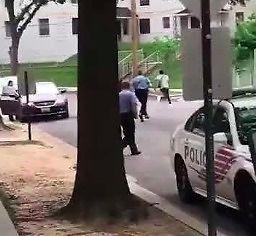 Gościu ucieka przed policją przy akompaniamencie muzyczki z Mario