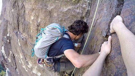 Podczas wspinaczki na pionowej ścianie wyprzedził mnie koleś bez zabezpieczeń